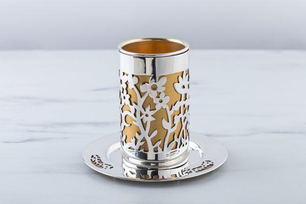 סט גביע וצלחת ניסור פרחים מכסף עם רקע זהב.