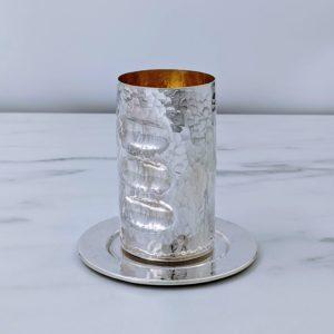 גביע כסף עם שקעים של האצבעות לאחיזה