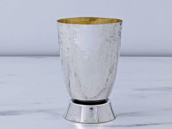 גביע בעיצוב קלאסי. כוס רקועה, בסיס מבריק