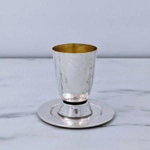 סט של גביע וצלחת בעיצוב קלאסי. כוס רקועה, בסיס מבריק.