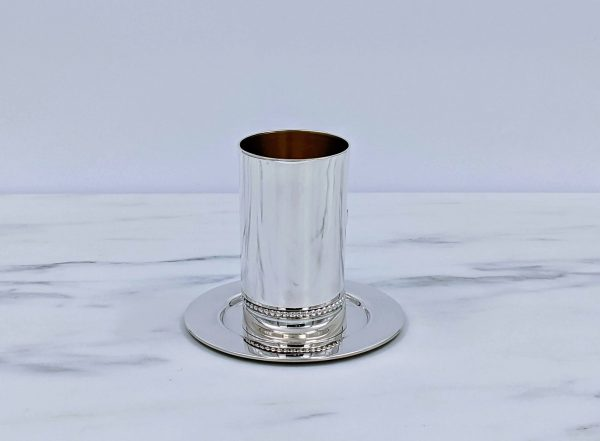 גביע כסף, ישר מבריק עם עיטור פנינים על גבי צלחת מבריקה