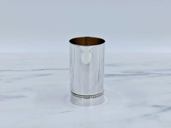 גביע כסף מבריק עם עיטור פניני כסף סנטימטר מעל הבסיס